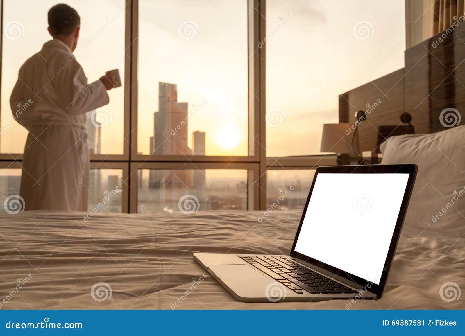 Copi il computer portatile dello spazio sul letto
