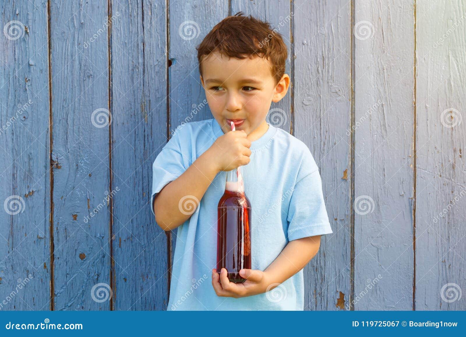 Copia de consumición del copyspace de la bebida de la limonada de la cola del niño pequeño del niño del niño