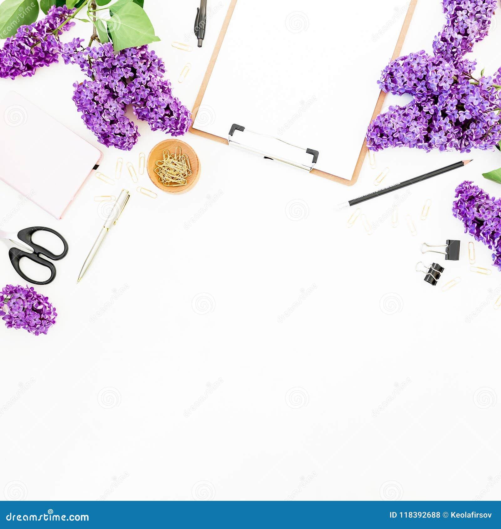 Copie el espacio con el tablero, las tijeras, la pluma, las ramas de la lila y los accesorios en el fondo blanco Endecha plana, v