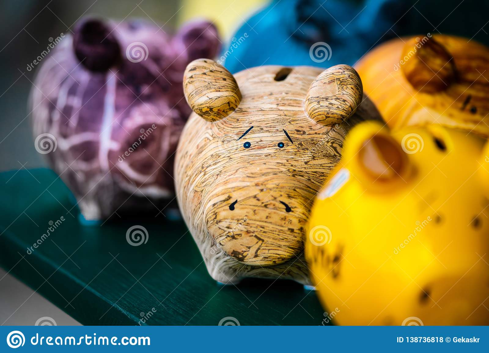 Copieurs en céramique colorés de forme de porc