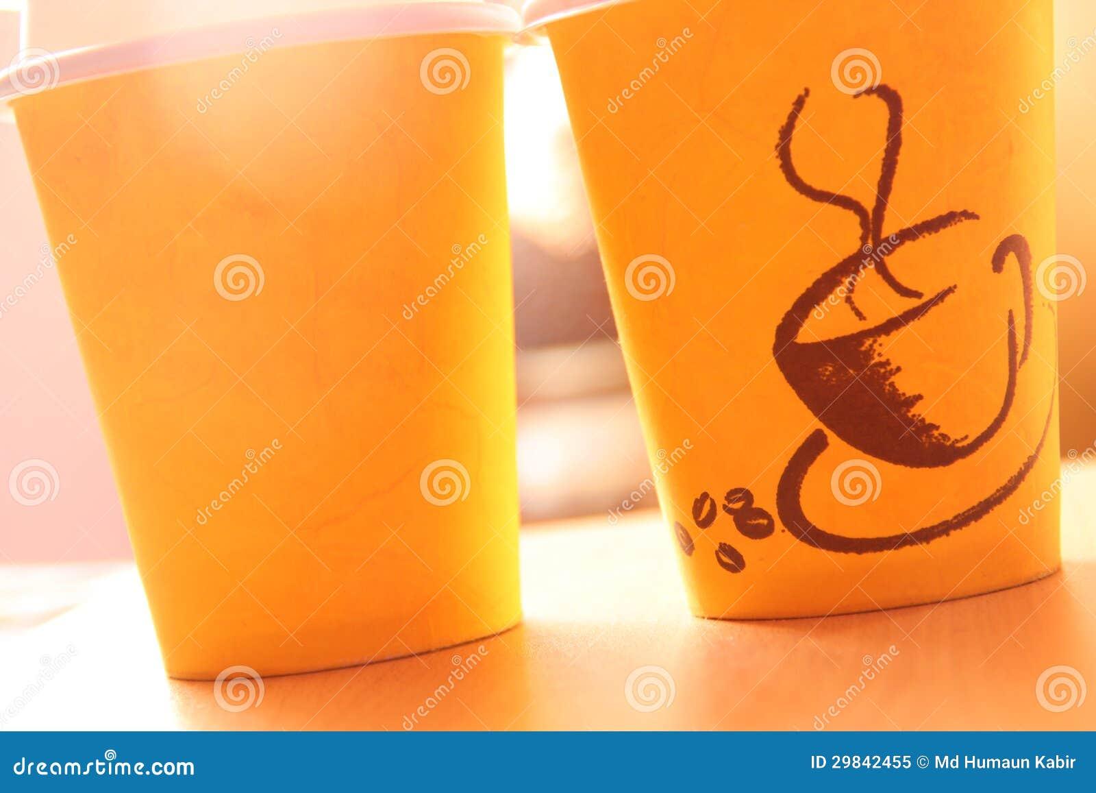 Copo amarelo da Tomada-para fora para o café quente