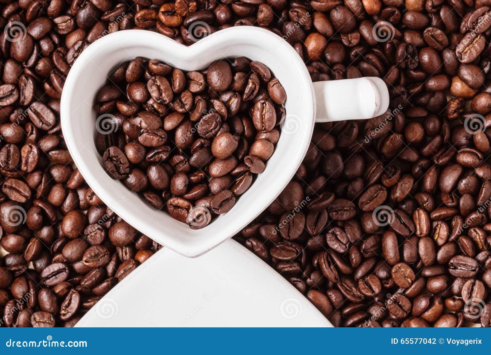 Copo branco no fundo dos feijões de café
