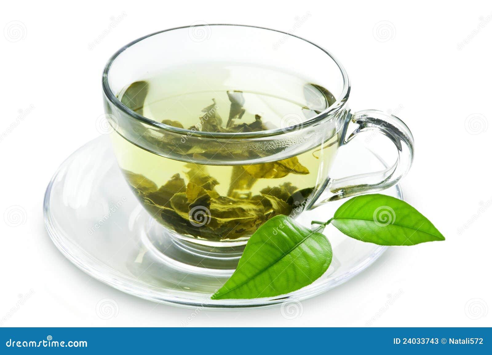 Copo com as folhas do chá verde e do verde.