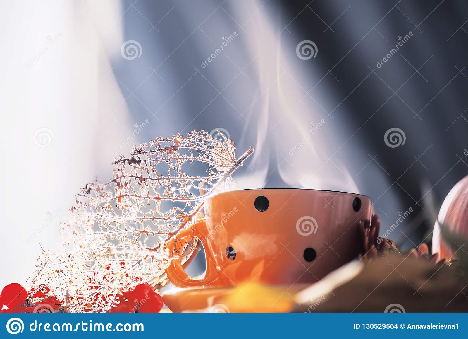 Copo com cozinhar a bebida e folhas e bagas secas Foto da arte A atmosfera de um outono caseiro acolhedor