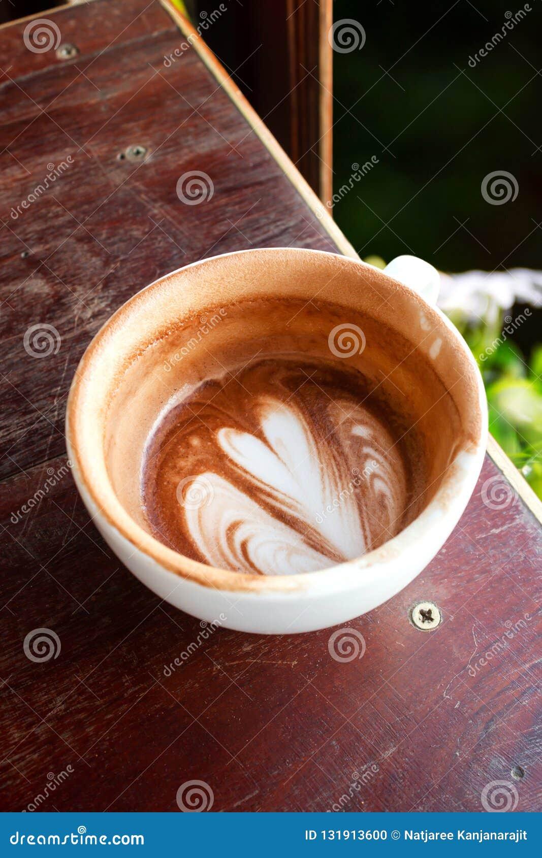 Copo da espuma do chocolate quente e do leite Coma acima do copo Bebida e bevera