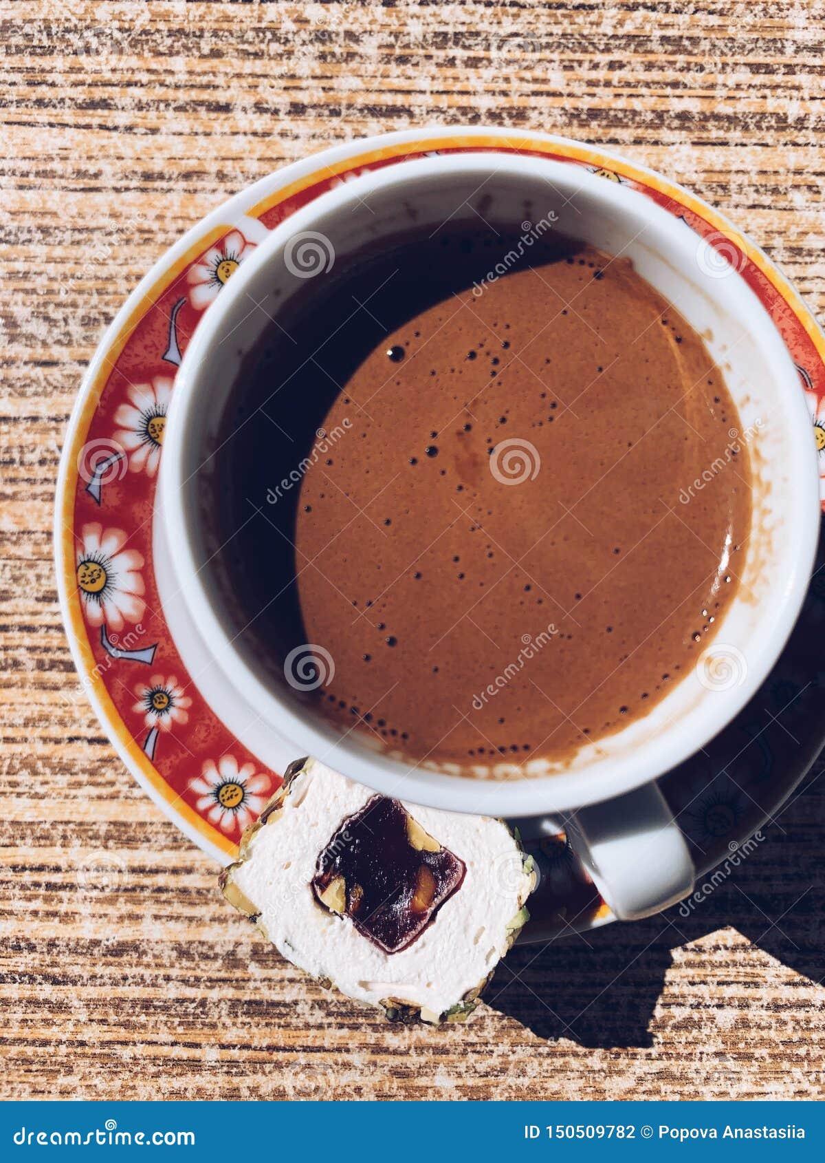Copo da vista superior do café turco com loukoum