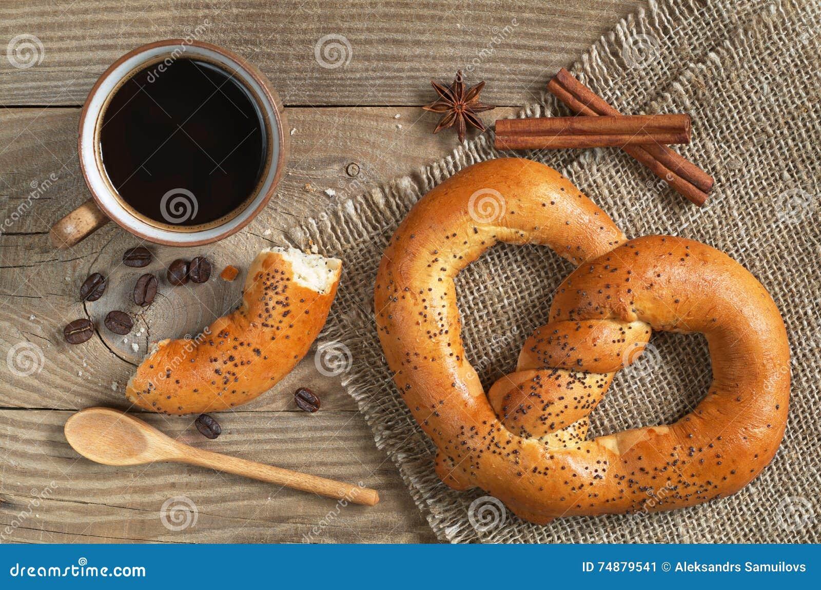 Copo de café com pretzeis