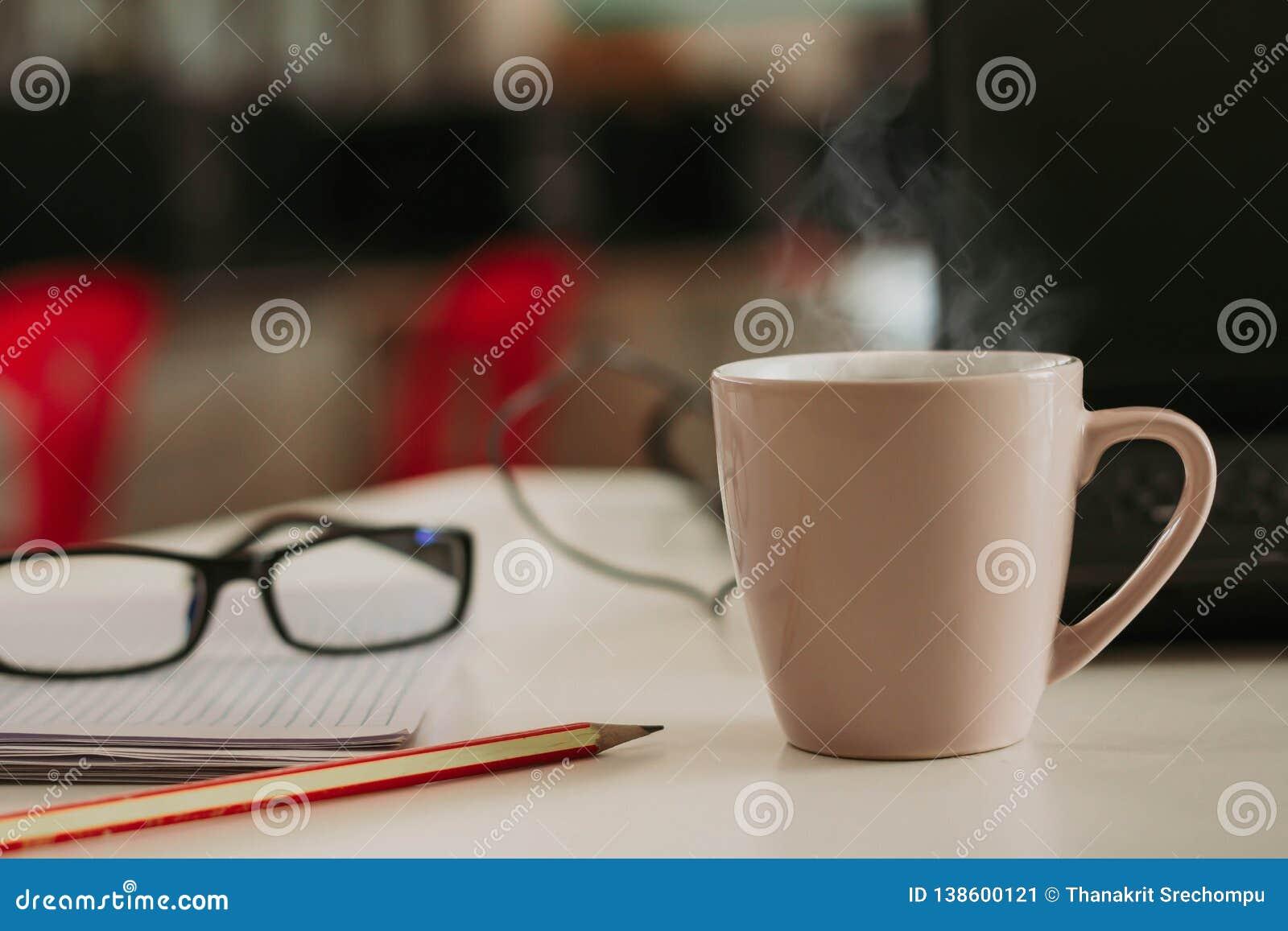 Copo de café com a vara de canela na tabela de madeira