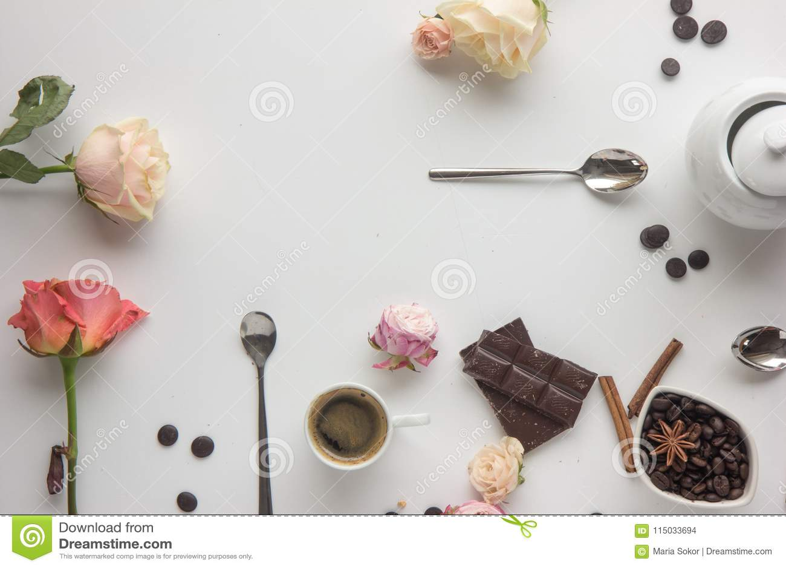 Copo de café, cookies, rosas, chokolate, beens do café Escada lisa da configuração
