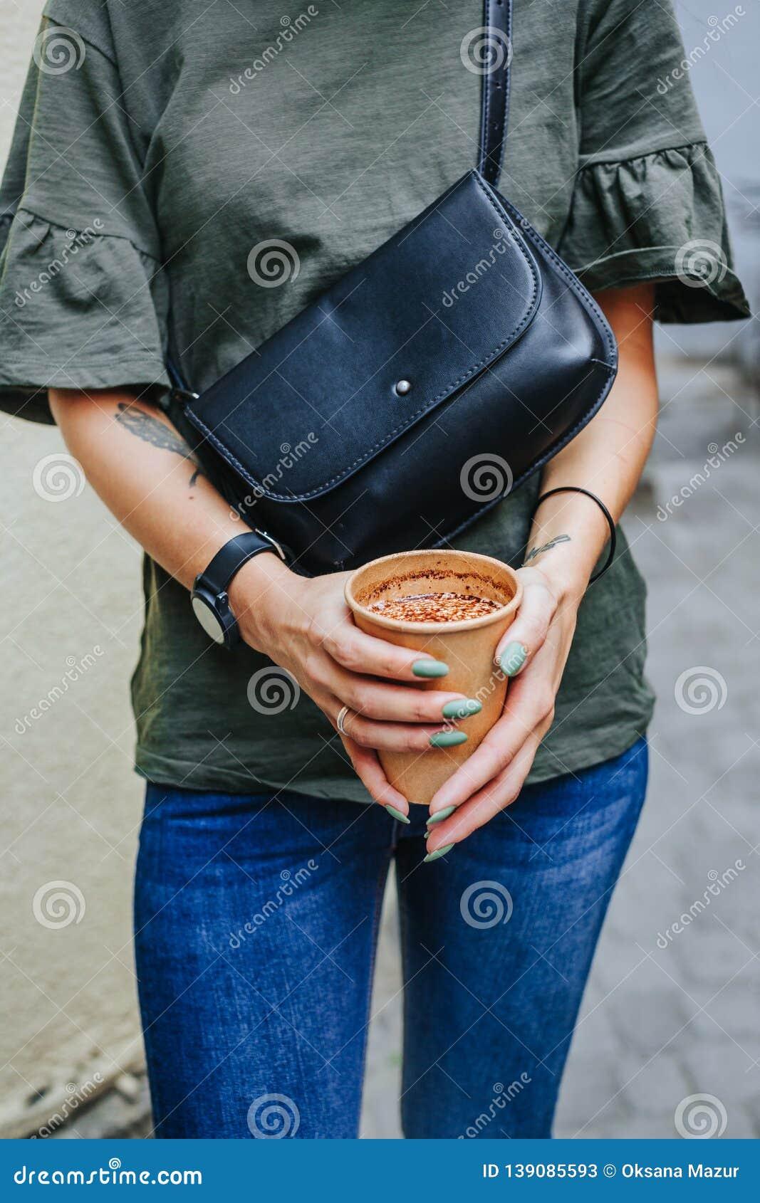 Copo de café do aroma com os feijões roasted no fundo velho do vintage