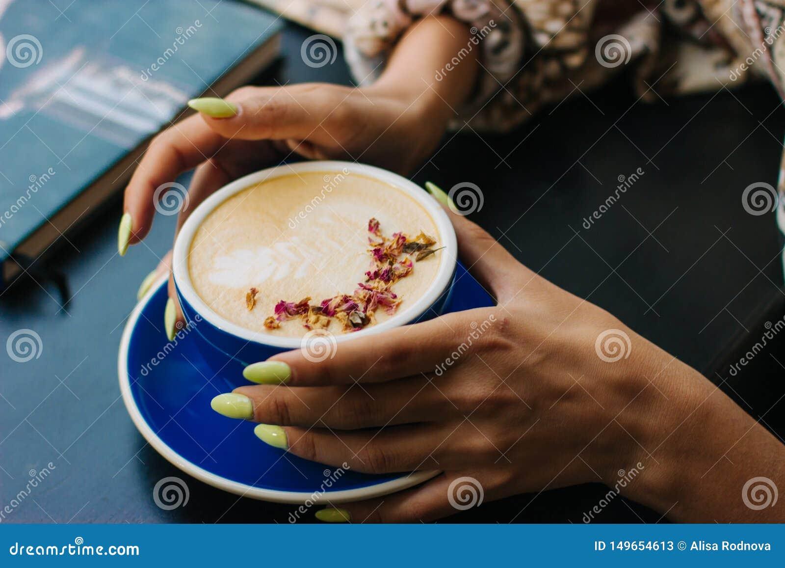 Copo de café do cappuccino com arte do latte
