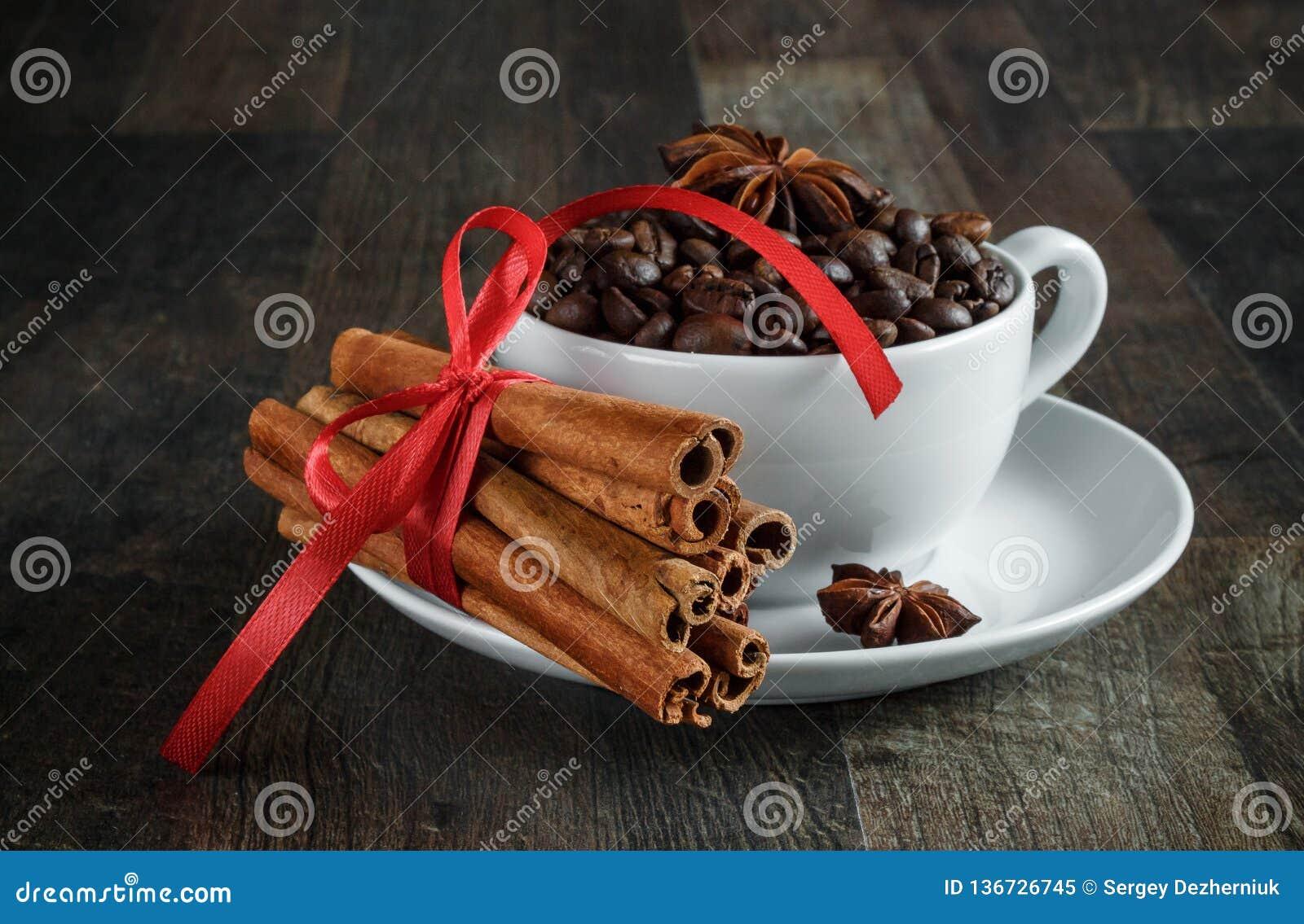 Copo de café, feijões de café, especiarias, anis, canela