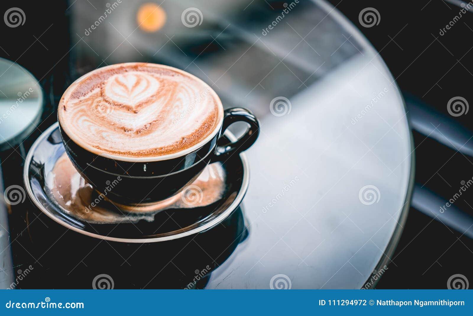 Copo de café quente na cafetaria