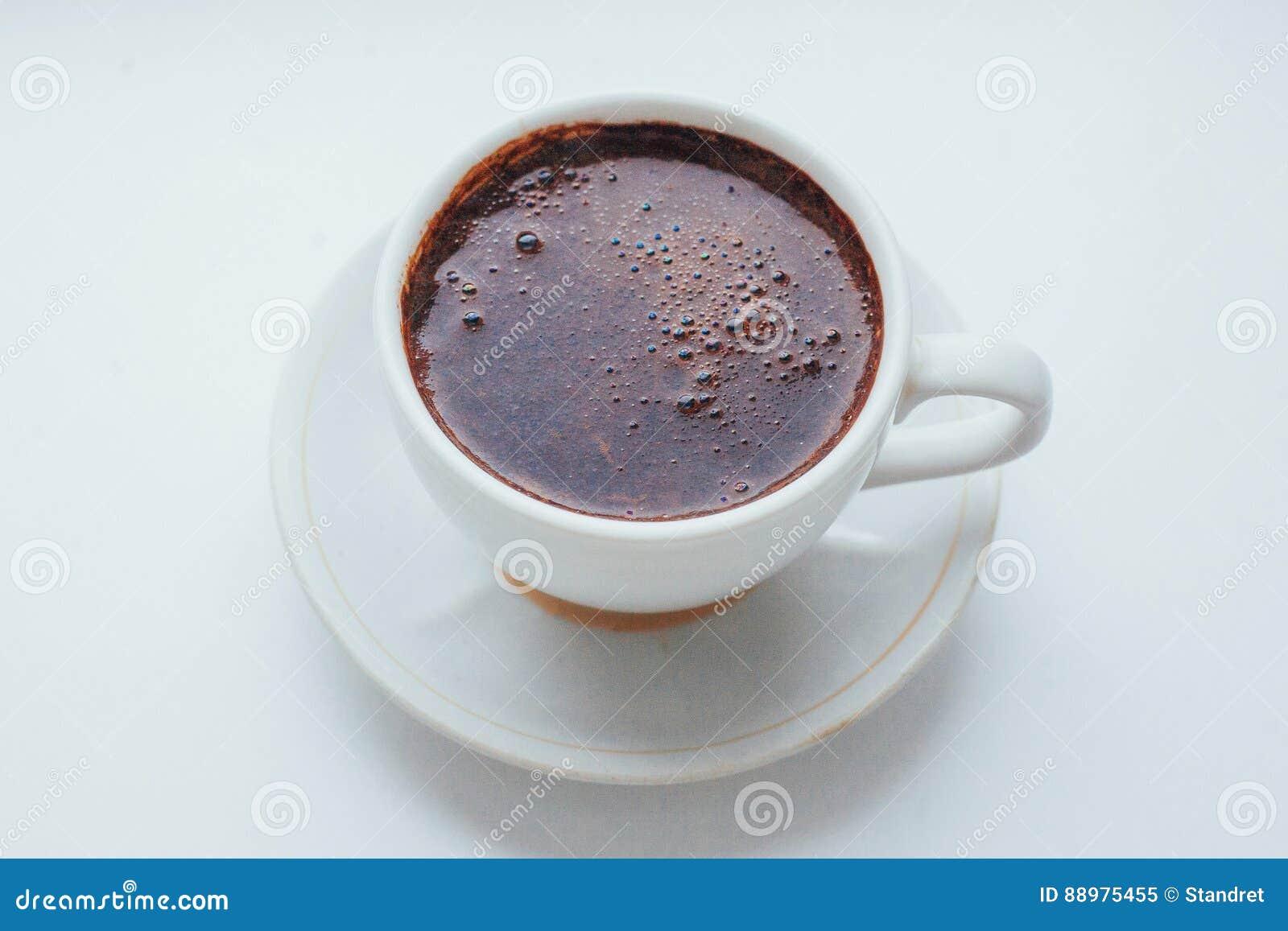 Copo de café sobre o fundo branco A celebração da manhã