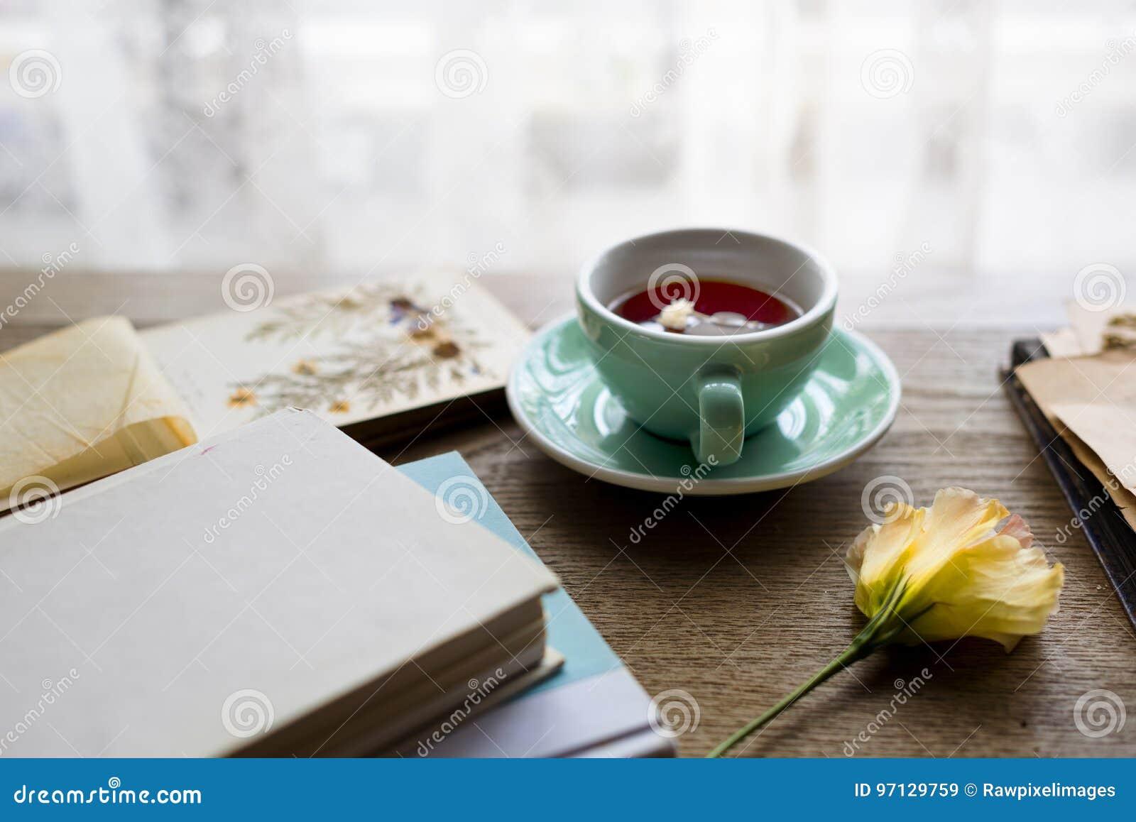 Copo de chá do abrandamento da flor da flor calmo