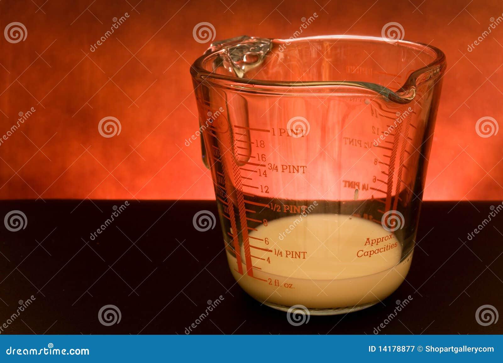 Copo de medição com leite