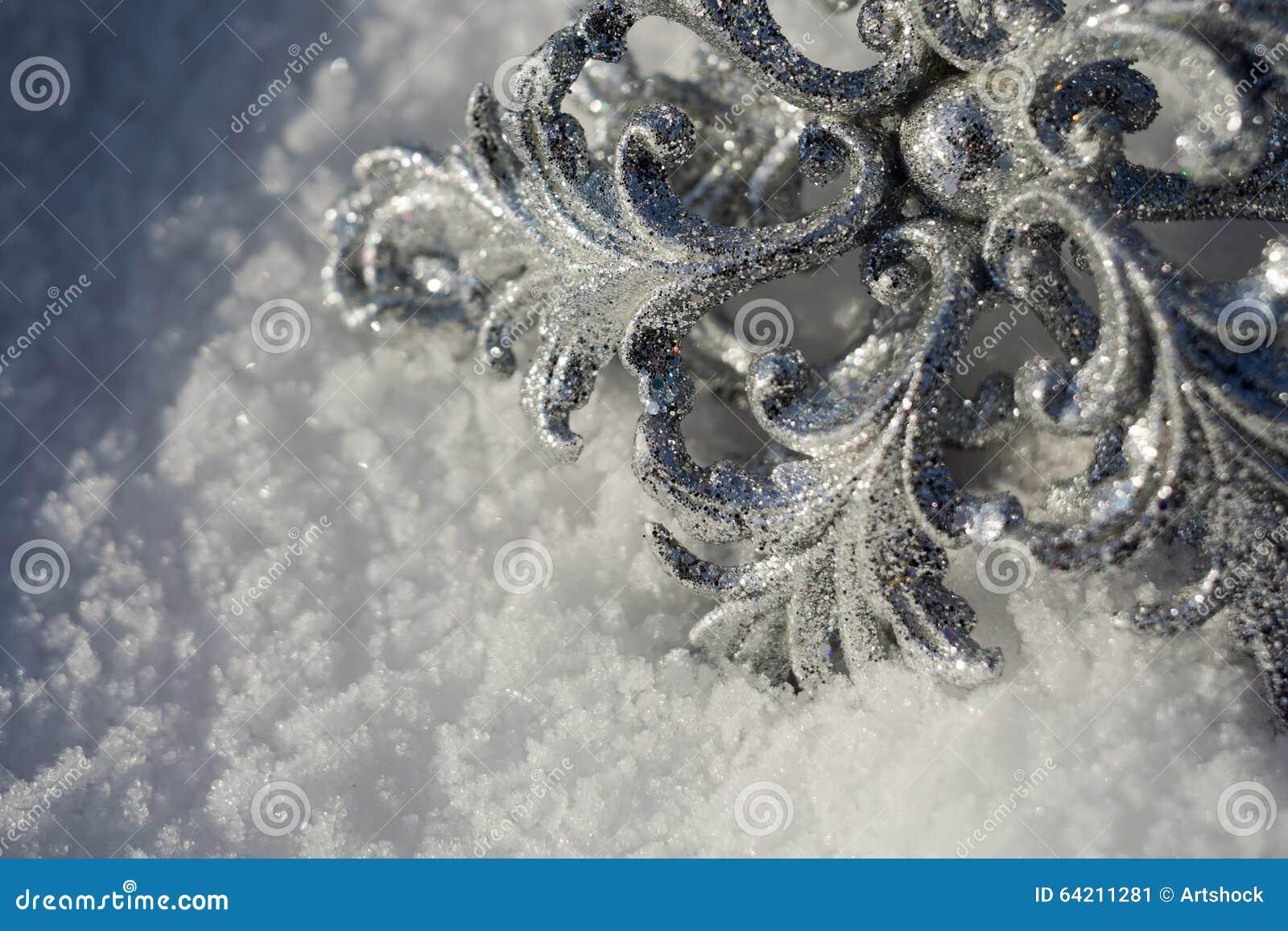 Copo de nieve de plata en nieve