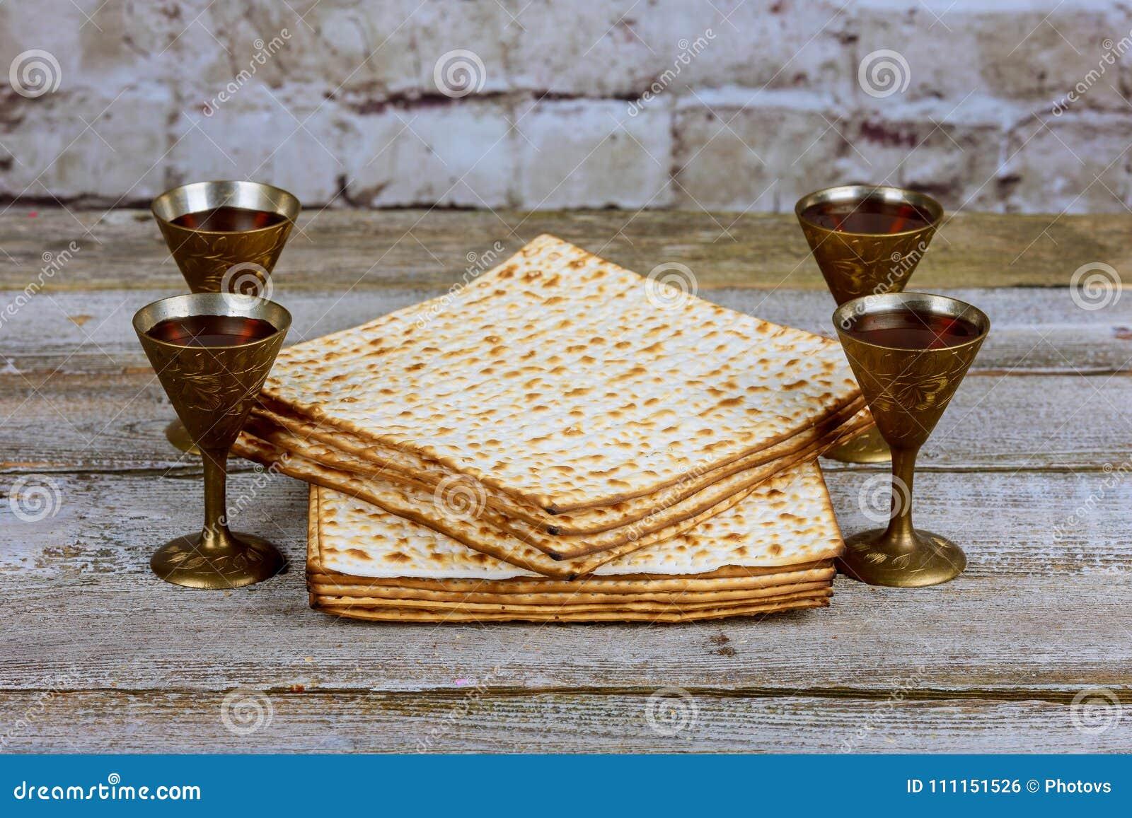 Copo de prata do vinho com matzah, símbolos judaicos para o feriado de Pesach da páscoa judaica Conceito da páscoa judaica