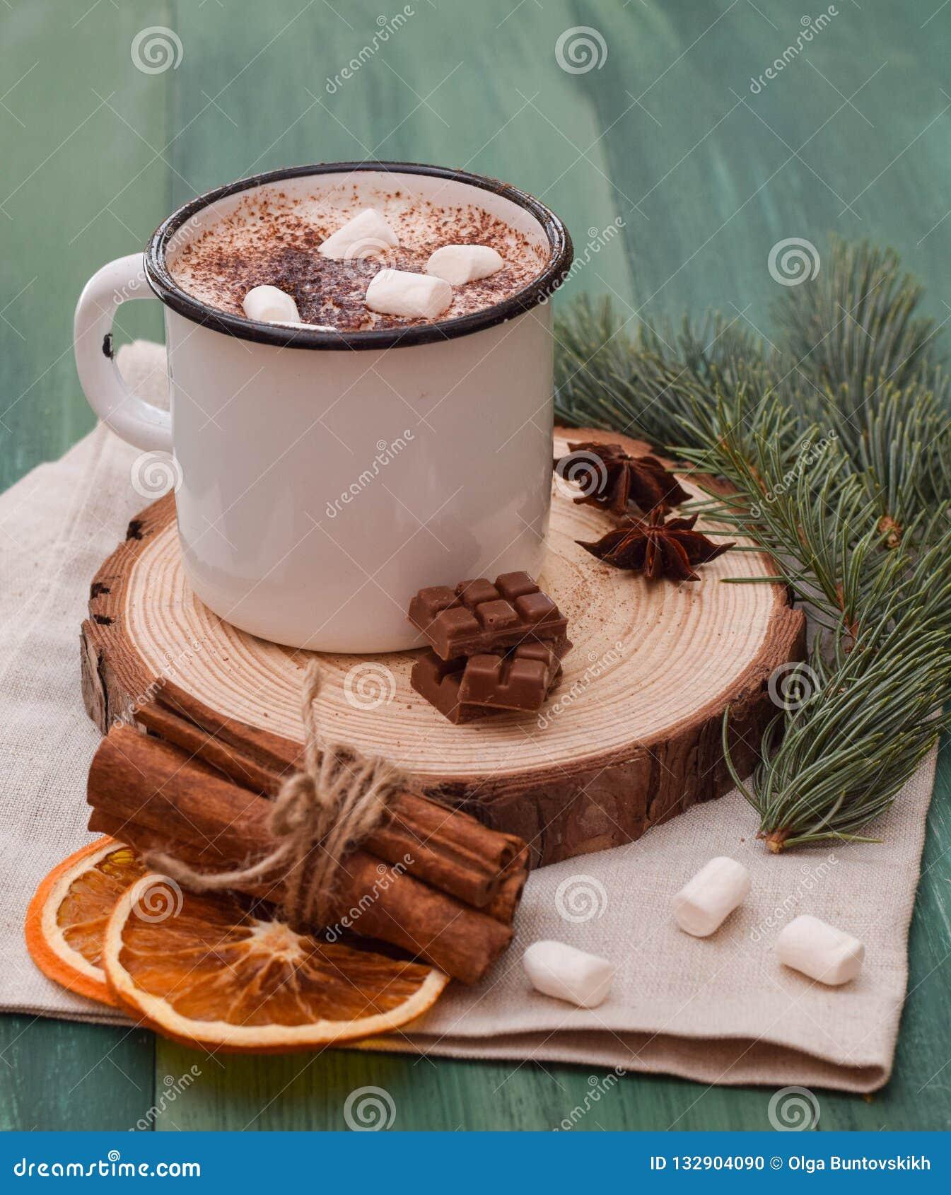 Copo do cacau com a árvore de Natal escura do inverno do chocolate quente do marshmallow