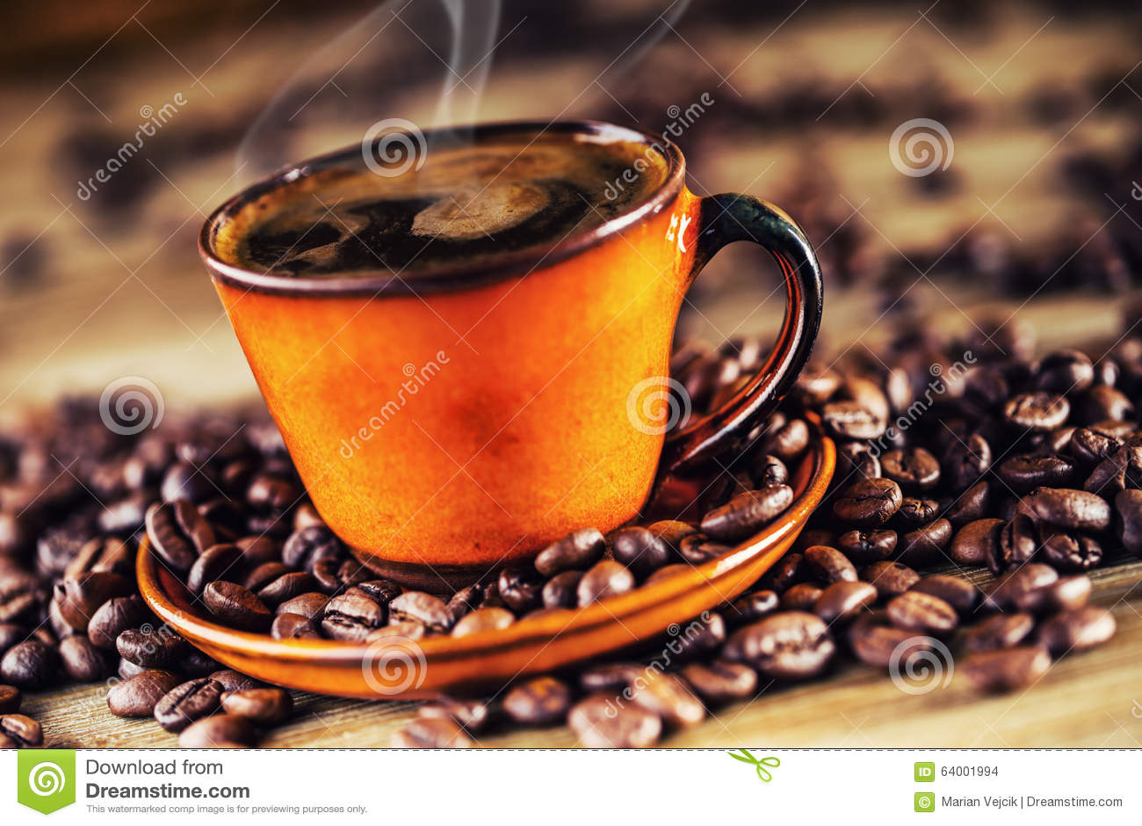 Copo do café preto e de feijões de café derramados Ruptura de café