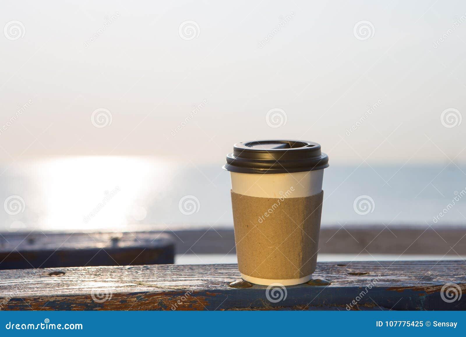 Copo do café quente a ir