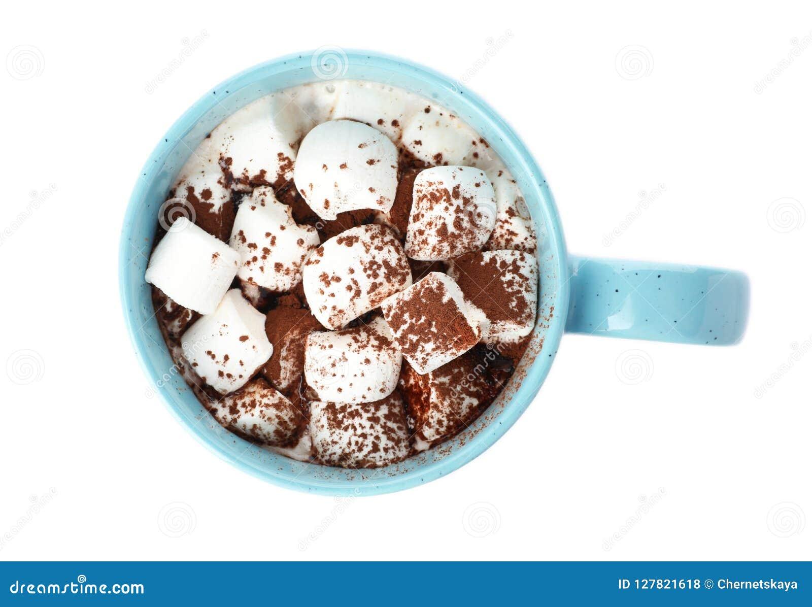 Copo do leite de chocolate com os marshmallows isolados no branco