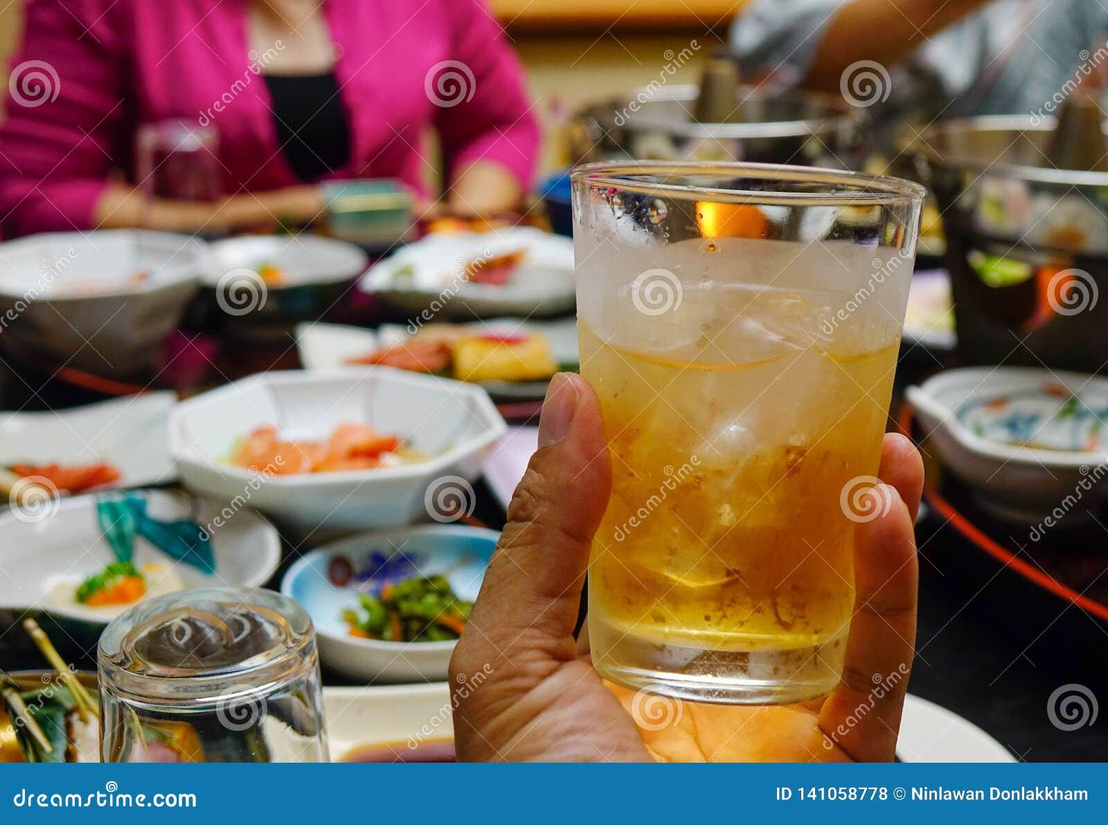 Copo do suco de fruto da maçã com rum
