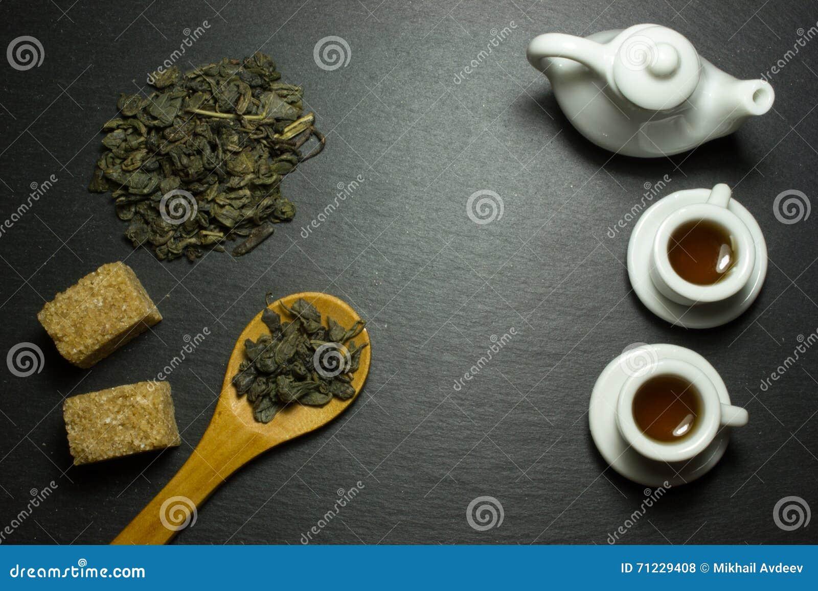 Copo e chá em uma colher de madeira
