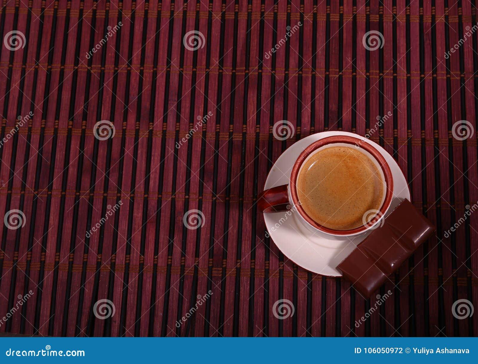 Copo e chocolate de café na textura de madeira da tabela Coffeebreak