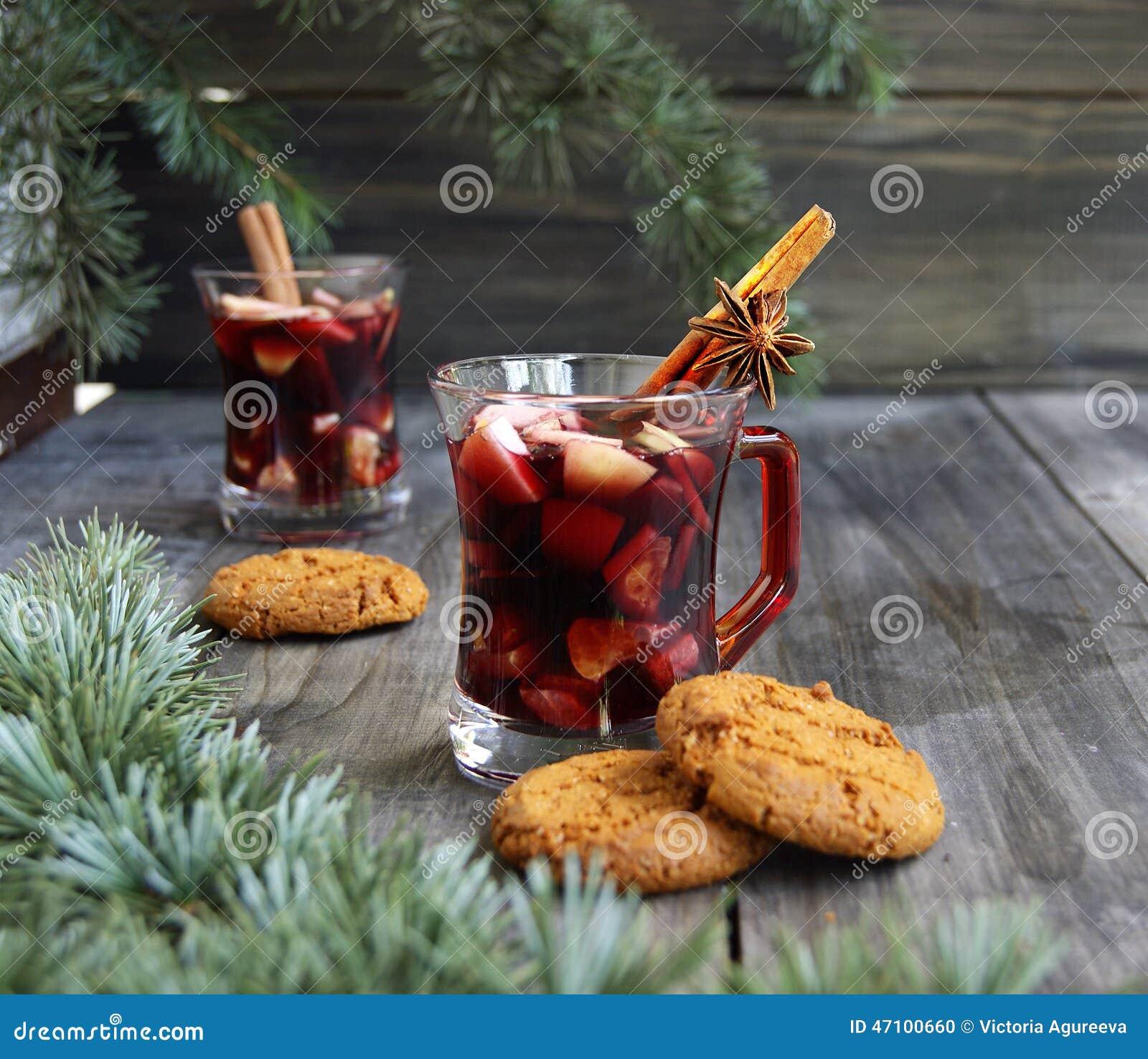 Copo Natal quente do vinho ferventado com especiarias
