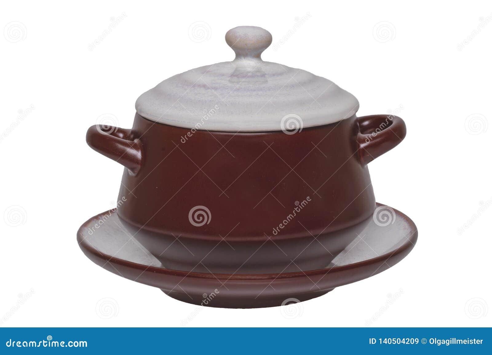 Copo vazio da sopa isolado Close-up de um copo cerâmico marrom vazio da sopa em uma placa com a tampa isolada em um fundo branco