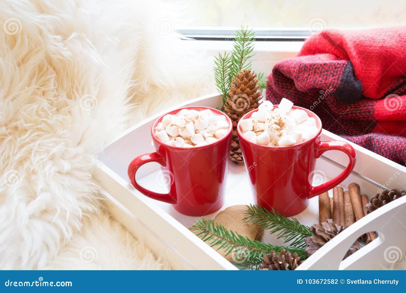 Copo vermelho do chocolate quente com o marshmallow na soleira Conceito do fim de semana Estilo home Manhã de Natal