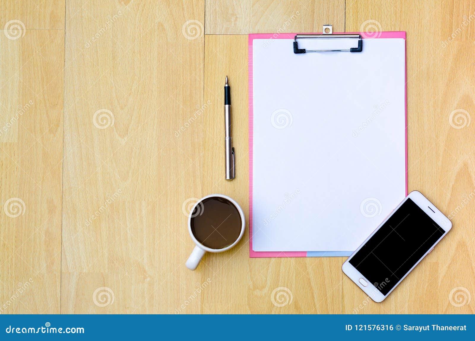 Copos de café do telefone do modelo, papel de nota dos fones de ouvido colocado em um woode