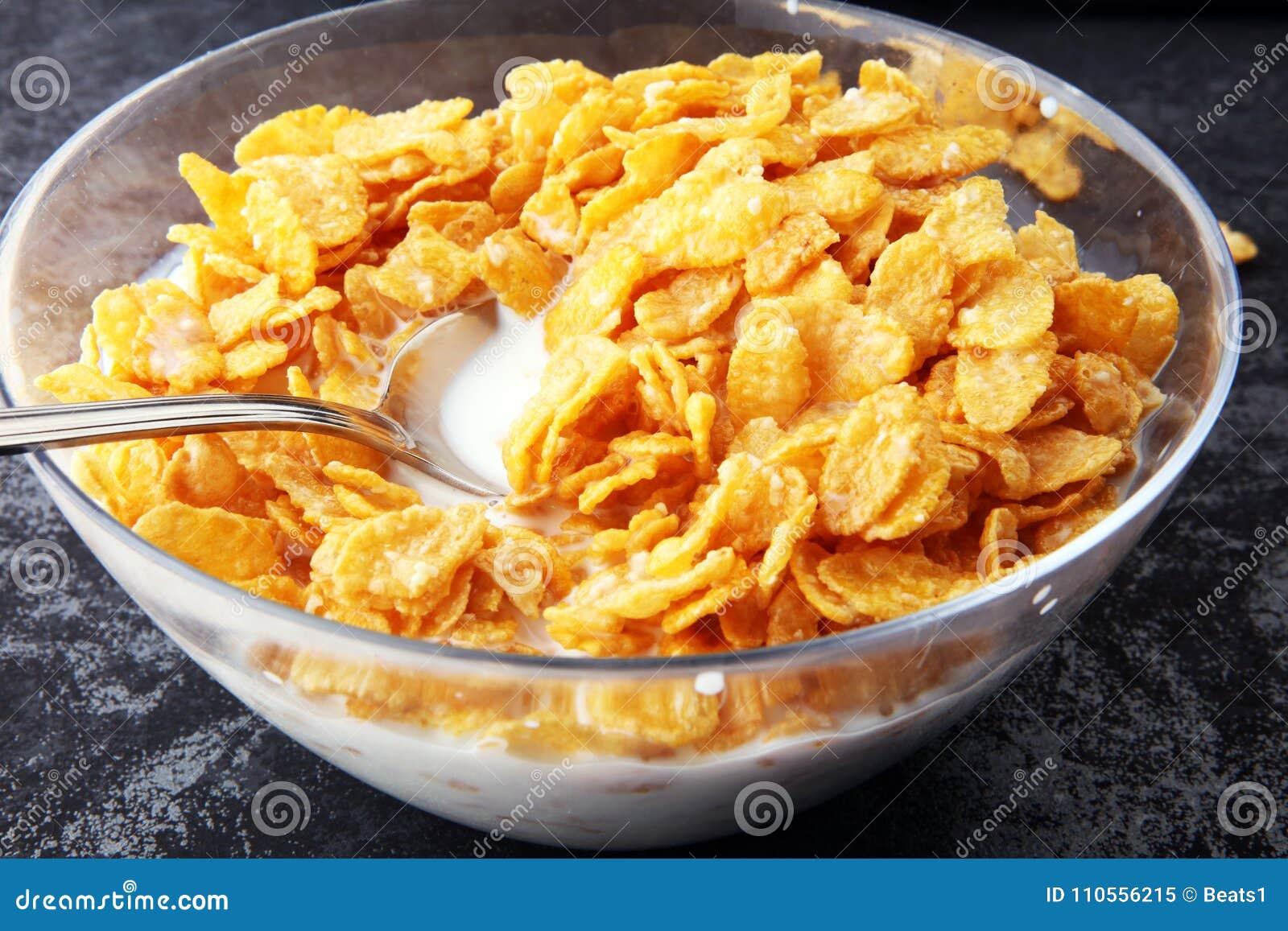 Copos de ma z cereal y leche en un bol de vidrio desayuno - Bol de vidrio ...