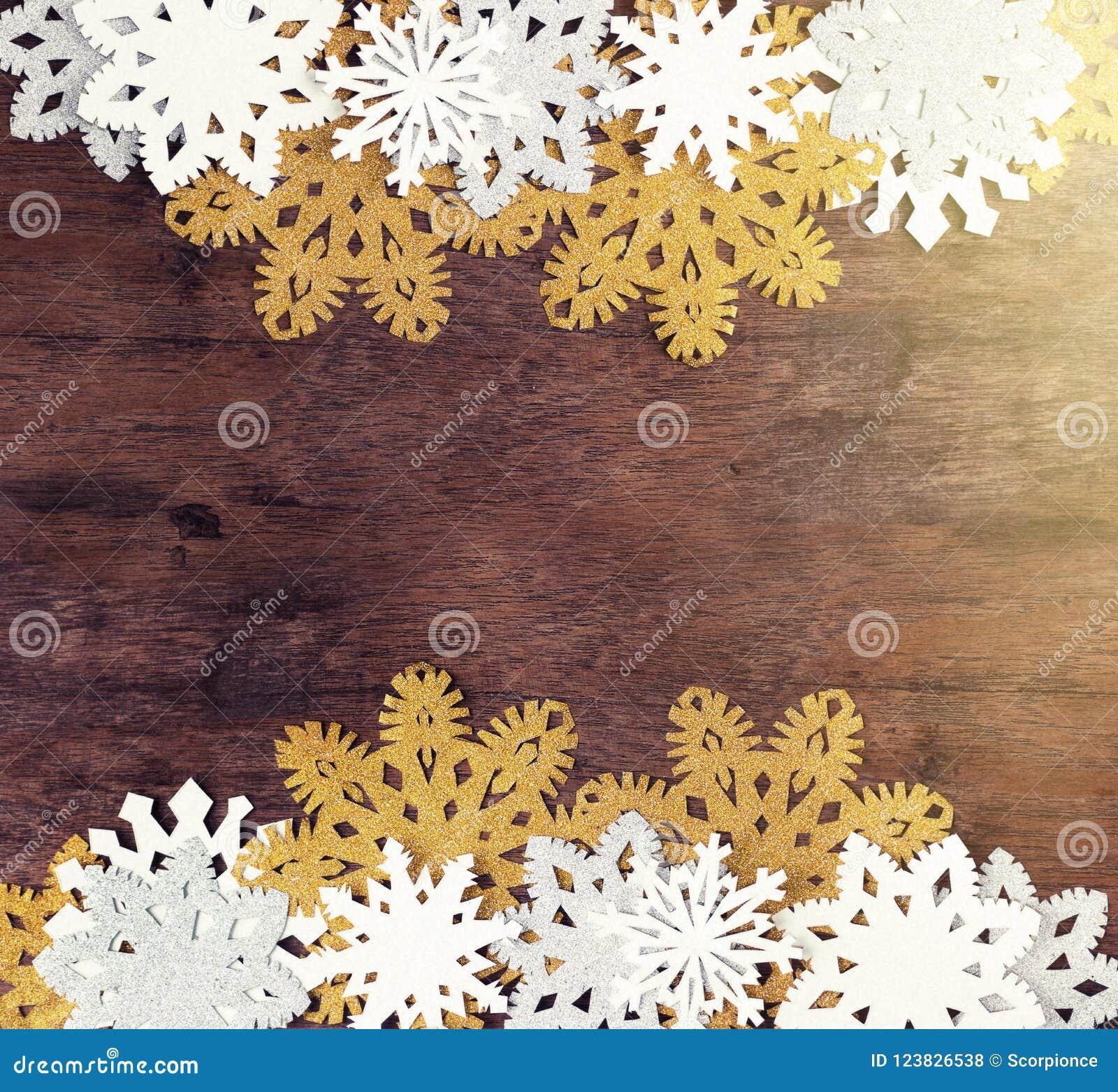 Copos de nieve blancos y de oro de lujo en fondo de madera oscuro Invierno, la Navidad, concepto del Año Nuevo rústico