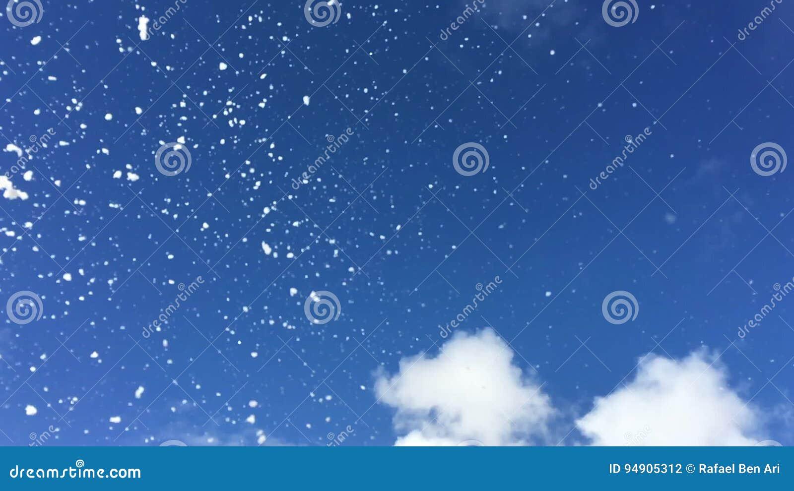 Copos de nieve que caen del cielo en la c mara lenta for La camera del cielo