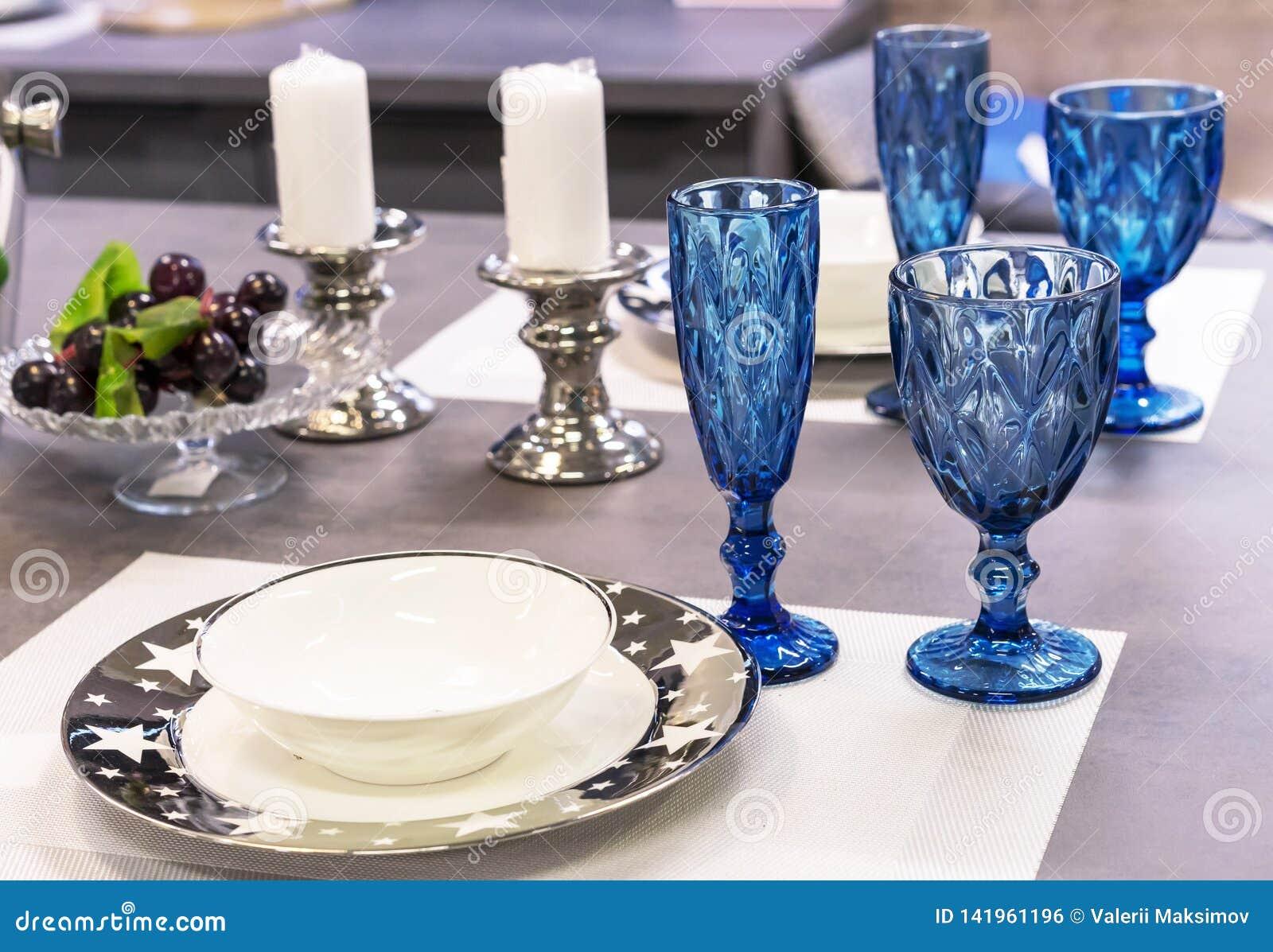 Copos de vinho do vidro azul no interior da sala de jantar