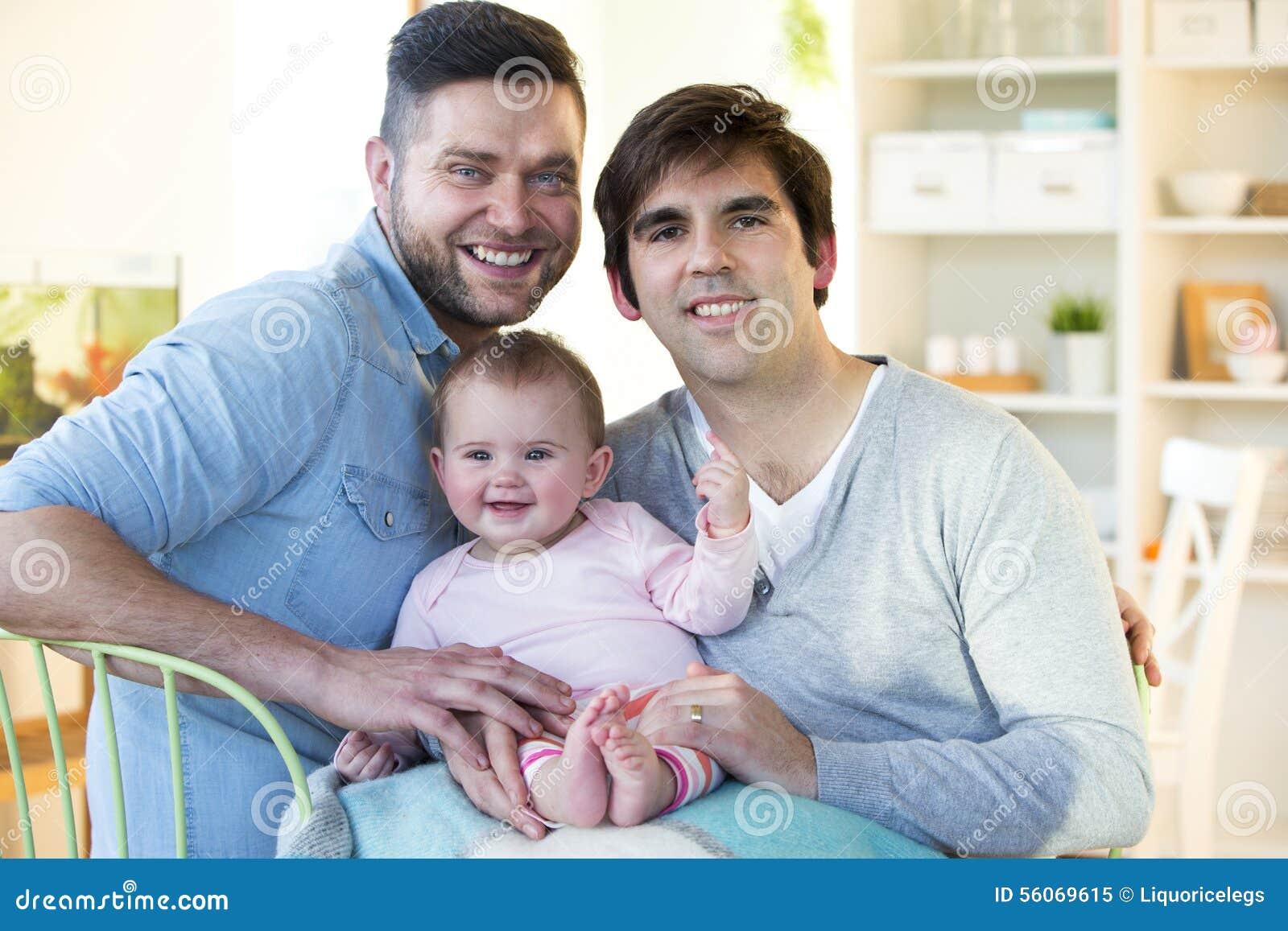 Coppia dello stesso sesso con la figlia a casa