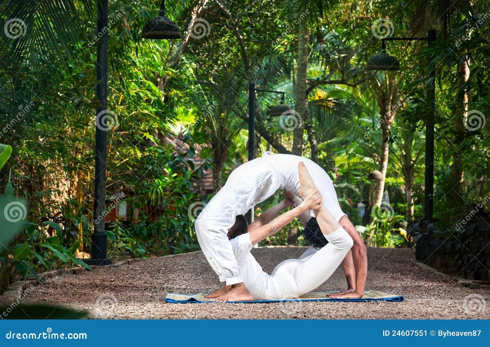 Eccezionale Coppia il cerchio di yoga immagine stock. Immagine di nave - 24607551 QI92