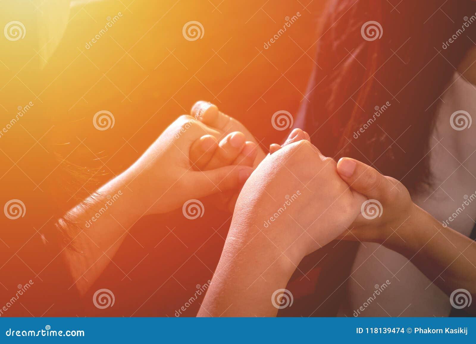 Coppia insieme Christian Female Friend Holding Hands e preghi la t