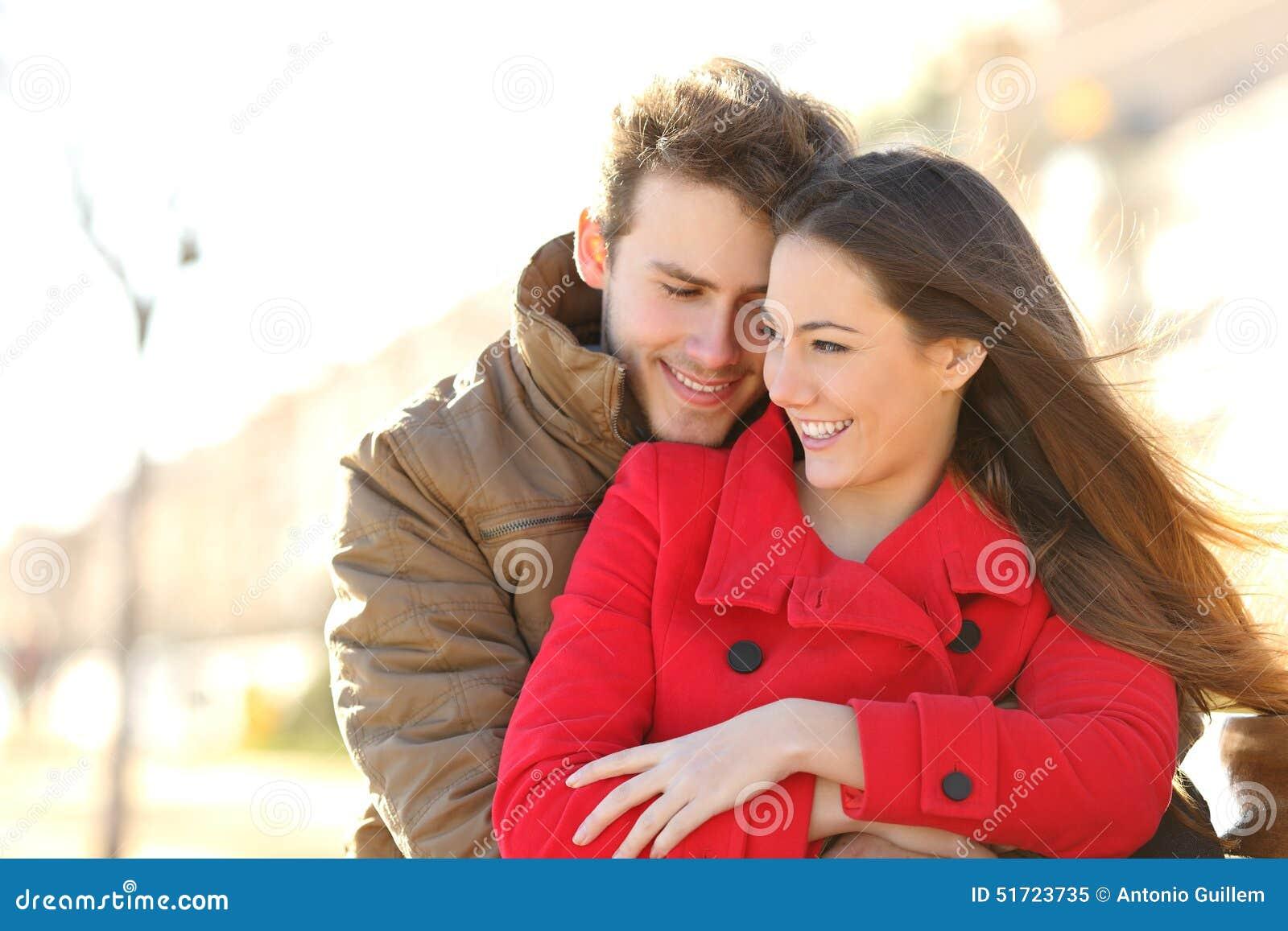 Coppia la datazione ed abbracciare nell amore in un parco