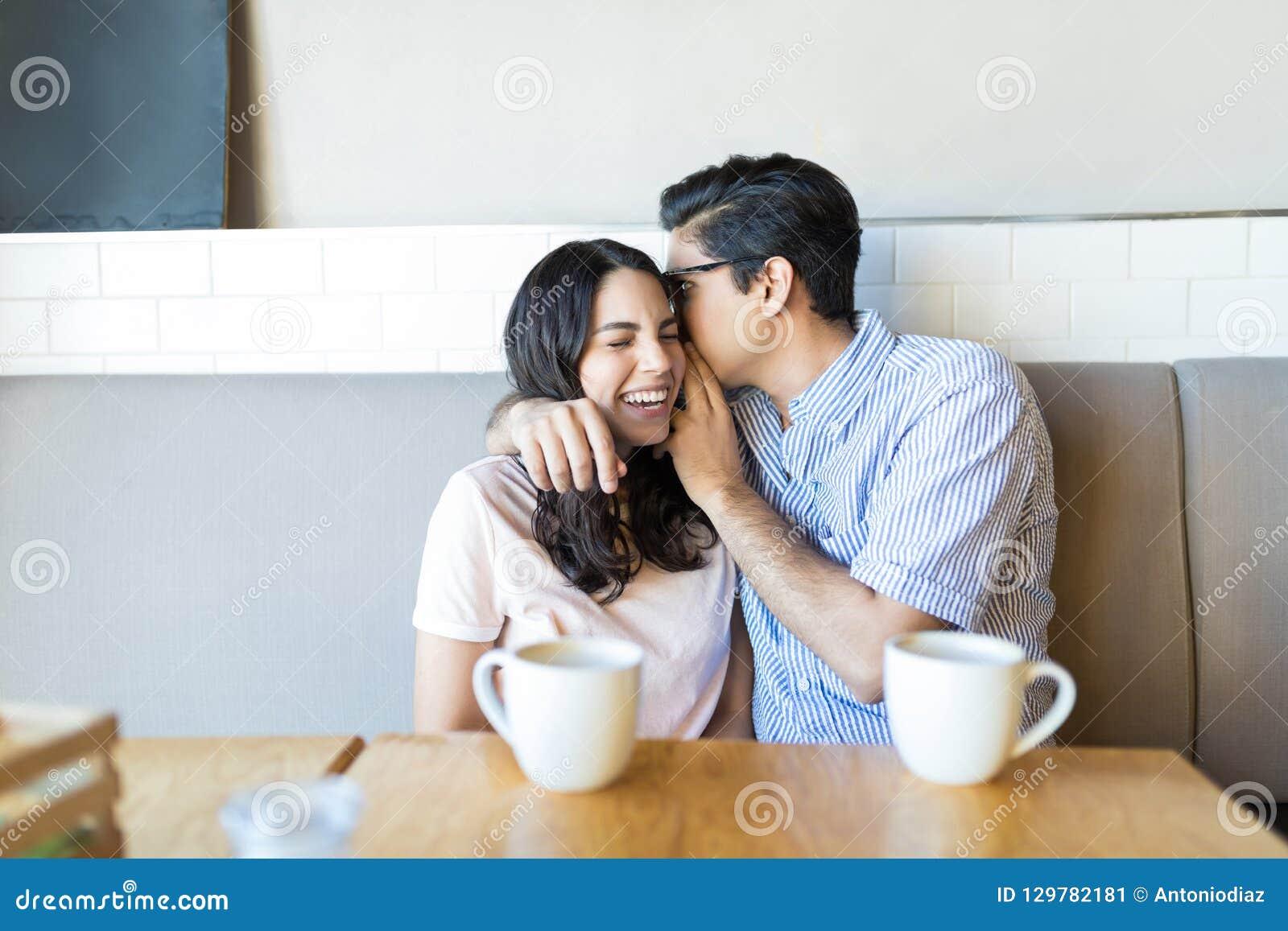 Coppia la divisione dei segreti in caffè