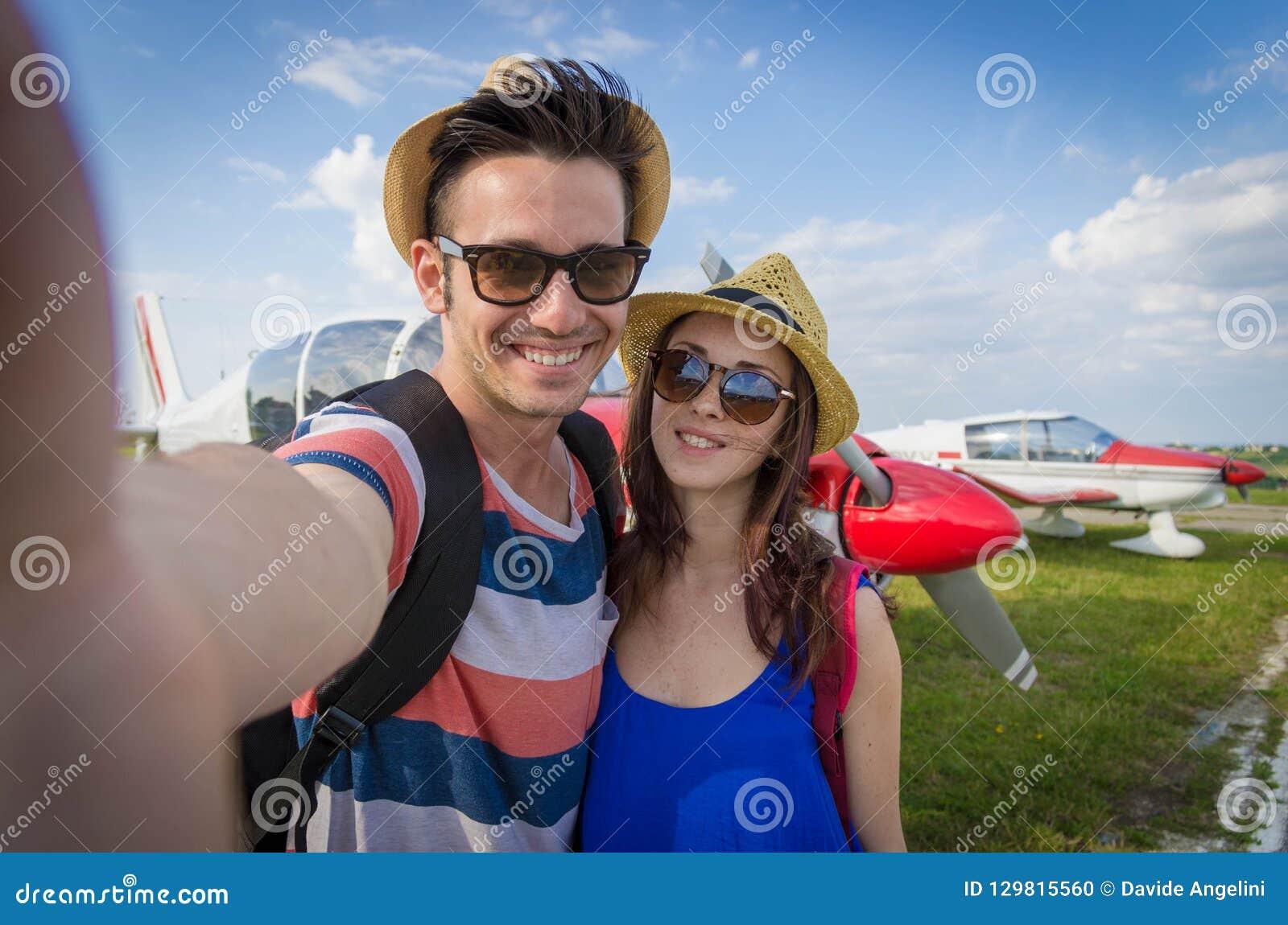 Coppia la presa del selfie all aeroporto sulla vacanza