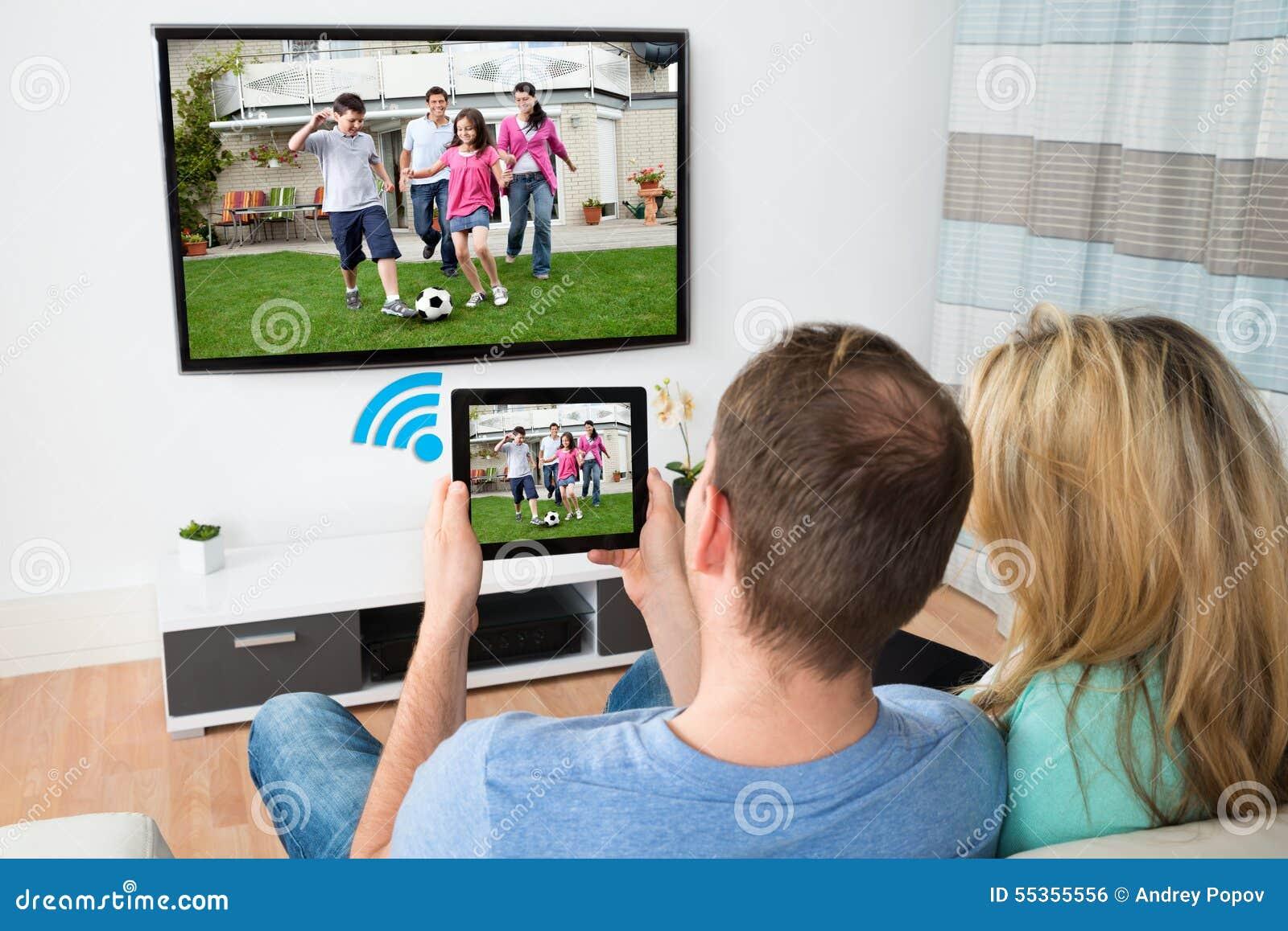 Coppia la televisione di collegamento e la tavola digitale con il wifi