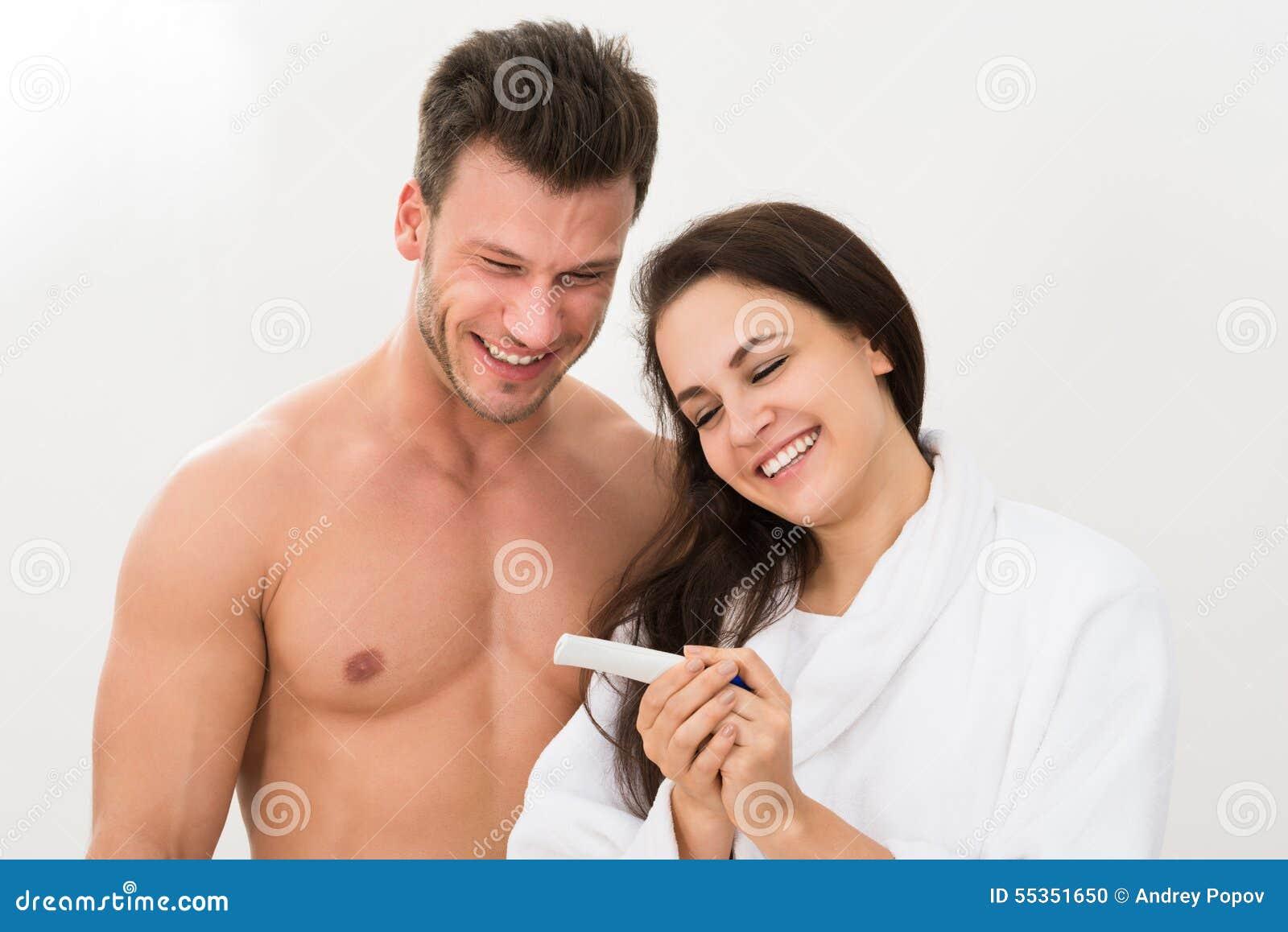 Coppia scoprire i risultati di una prova di gravidanza
