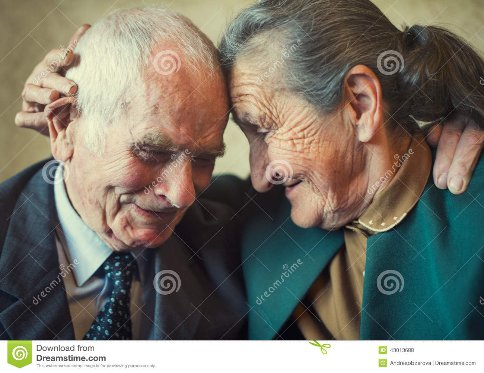 Coppia sposata di un anno più 80 svegli che posa per un ritratto nella loro casa Di amore concetto per sempre