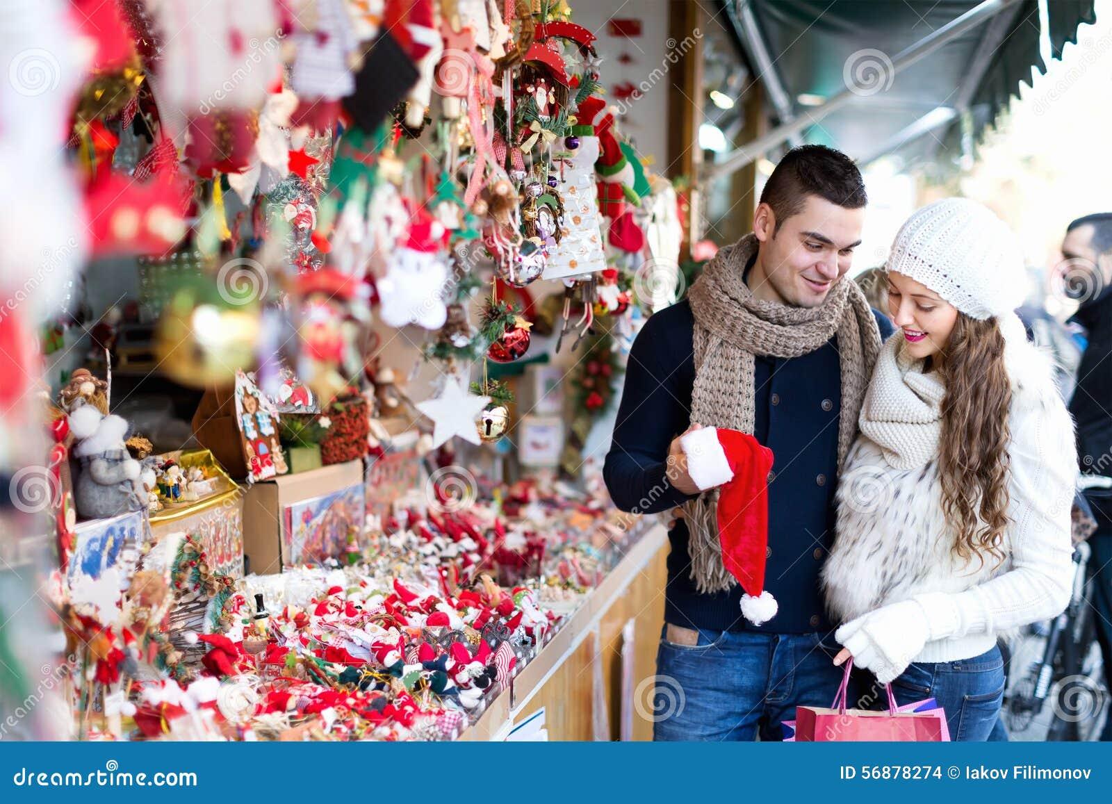 Coppie al mercato di Natale