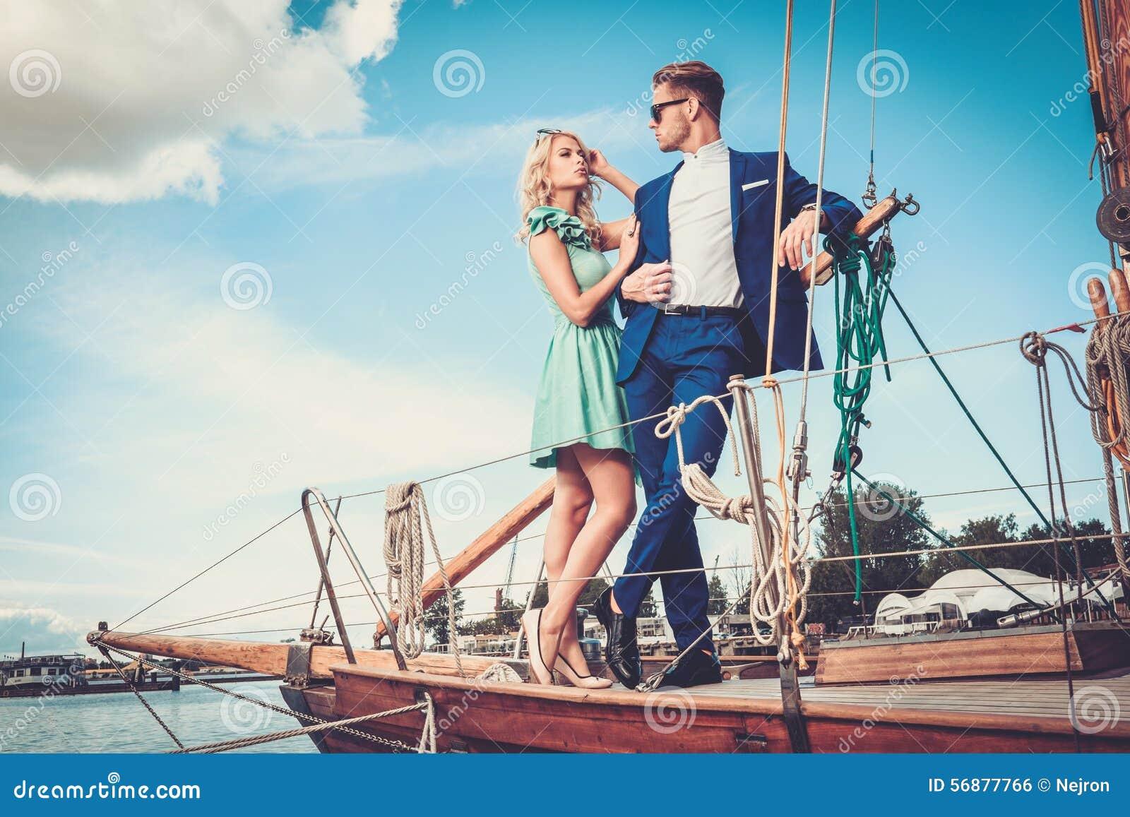 Coppie alla moda su un yacht