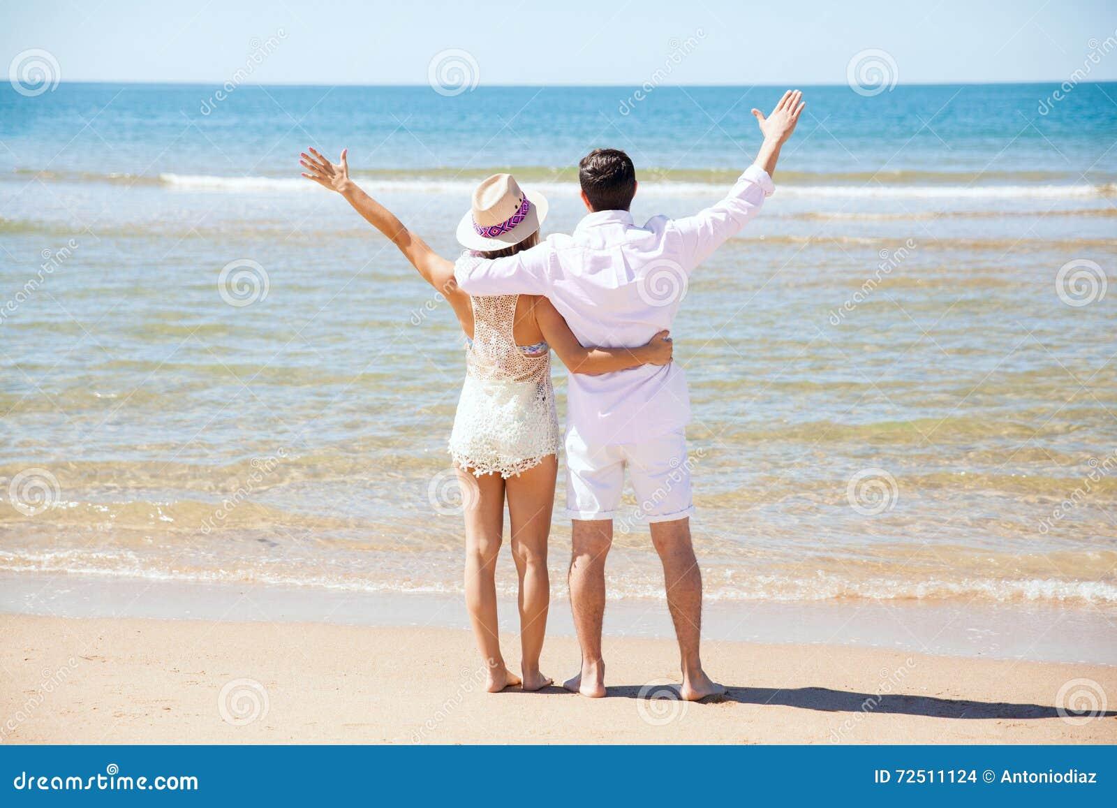 Coppie alla spiaggia per la loro luna di miele