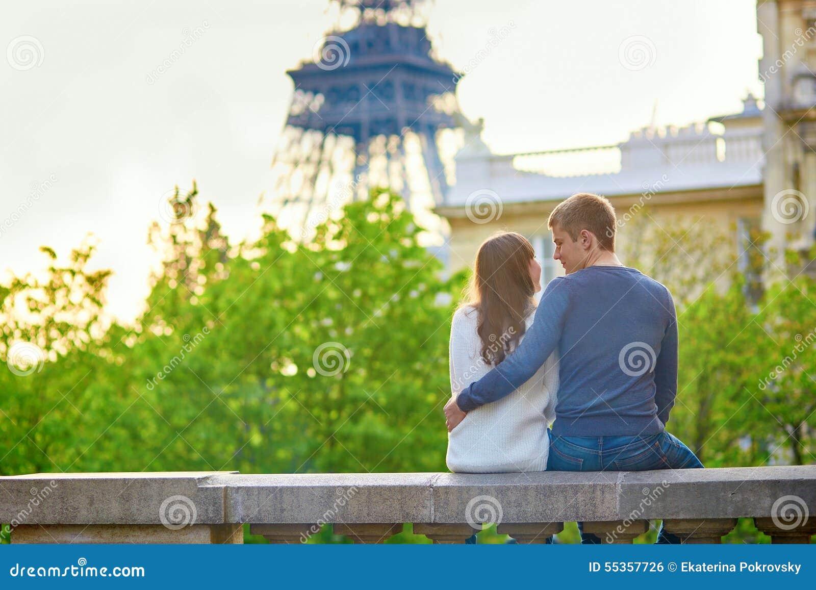 Coppie amorose romantiche vicino alla torre Eiffel
